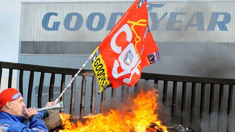 Un salarié de Goodyear manifeste devant le site d'Amiens (Somme), le 5 décembre 2013. (DENIS CHARLET / AFP)