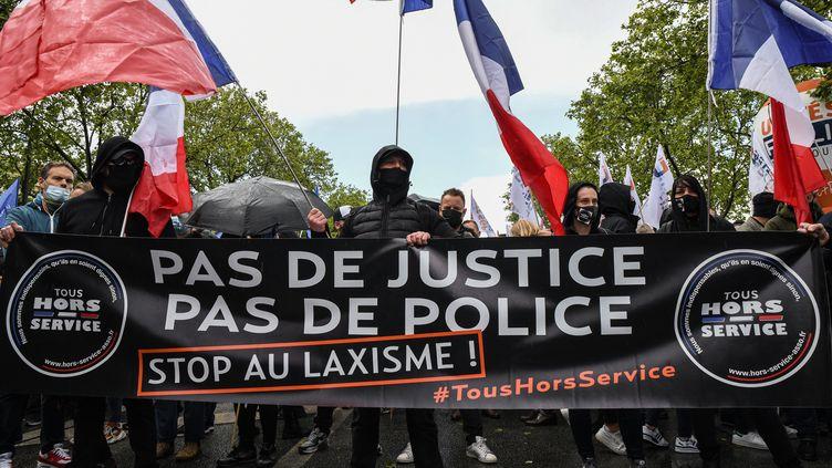 Des personnes tiennent une banderole lors d'une manifestation de policiers, le 19 mai 2021, à Paris. (ANTONI LALLICAN / HANS LUCAS / AFP)