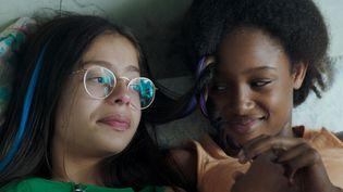 Fathia Youssouf (à droite) et Medina El Aidi (à gauche) jouent deux adolescentes de onze ans dans le filmMignonnes. (BIEN OU BIEN PRODUCTIONS 2018)