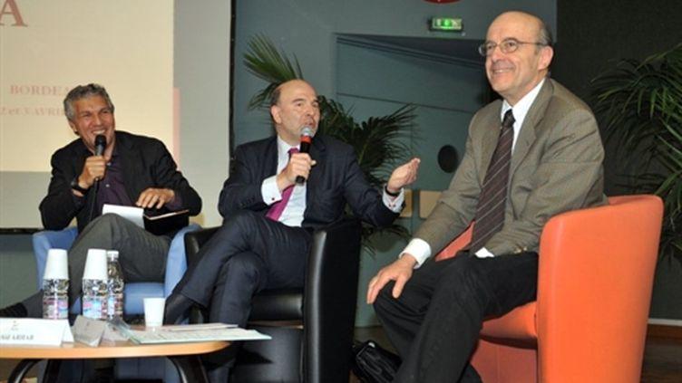 (de droite à gauche) Alain Juppé, Pierre Moscovici et le journaliste Rachid Arhab le 2 avril à Bordeaux. (AFP - Pierre Andrieu)