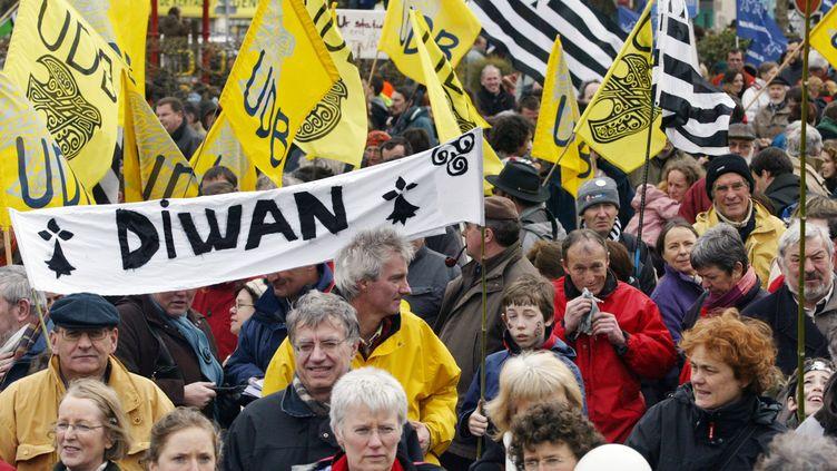 Quelque 2 500 personnes manifestent pour la reconnaissance de la langue bretonne et des autres langues régionales, le 31 mars 2007, à Lorient (Morbihan). (FRED TANNEAU / AFP)