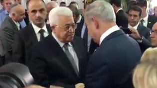 Capture d'écran de la vidéo de la poignée de mains entre le président palestinien Mahmoud Abbas (à gauche) et lePremier ministre israélien Benyamin Nétanyahou le 30 septembre 2016, diffusée par le porte-parole du Premier ministre israélien. (ISRAELI PRIME MINISTER'S SPOKESM / AFP)