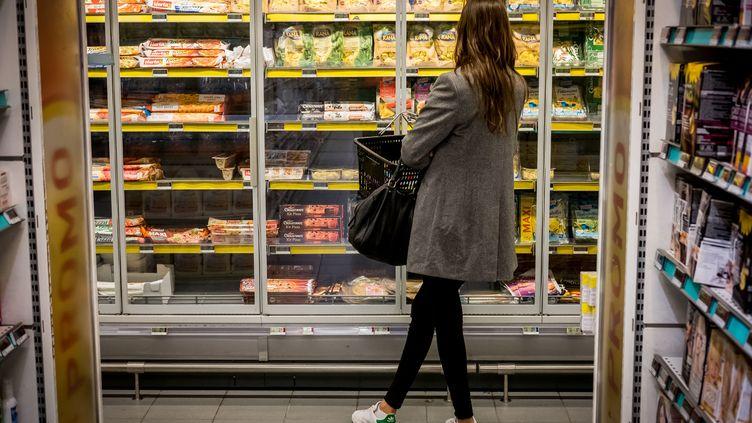 Une femme devant un rayon de plats surgelés dans un supermarché, à Paris. (GARO / PHANIE)