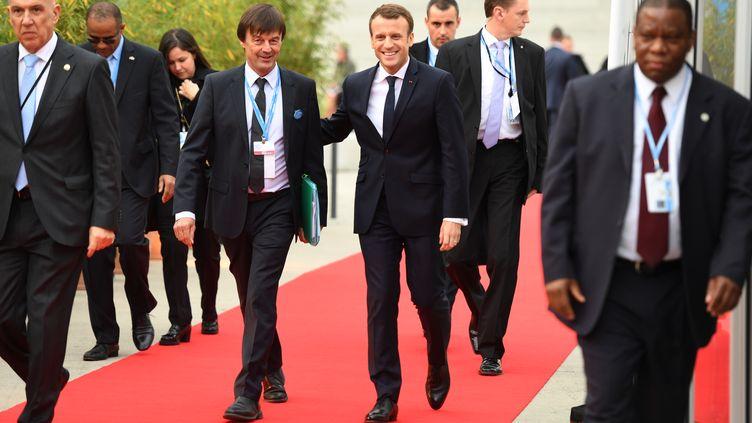Emmanuel Macron et Nicolas Hulot arrivent à une conférence de la COP23, le 15 novembre 2017, à Bonn (Allemagne). (PATRIK STOLLARZ / AFP)