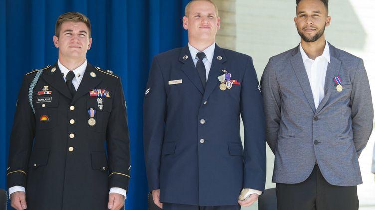 Après avoir désarmé un hommequi s'apprêtait à commettre un attentat dans unThalys, Alek Skarlatos (à gauche), Spencer Stone (au centre) et Anthony Sadler sontrécompensés lors d'une cérémonie à Washington, le 17 septembre 2015. (SAUL LOEB / AFP)