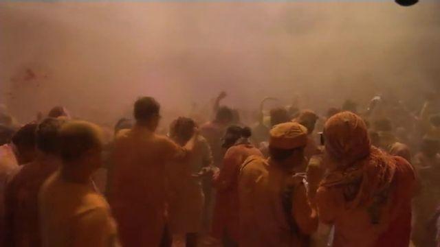 """VIDEO. Dans le nord de l'Inde, les veuves célèbrent """"Holi"""", la fête des couleurs"""