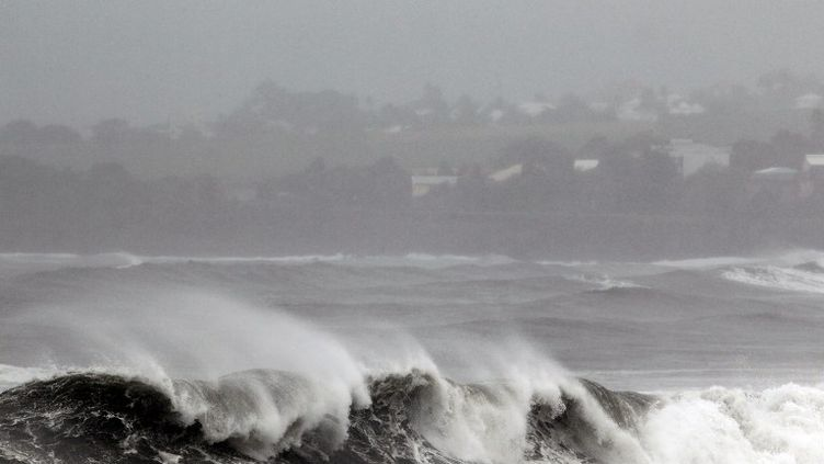 Des vagues fortes se brisent sur le front de mer de Saint-Denis-de-La-Réunion, mardi 2 janvier 2013, à l'approche du cyclone Dumile. (RICHARD BOUHET / AFP)
