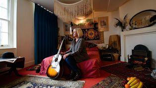 Kathy Etchingham, l'ancienne petite amie de Jimi Hendrix, dans la chambre qu'ils ont habitée ensemble à Londres à la fin des années 1960.  (Leon Neal / AFP)