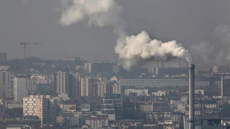 Une usine relâche de la fumée à Ivry-sur-Seine (Val-de-Marne), le28 janvier 2019. (MANUEL COHEN / AFP)