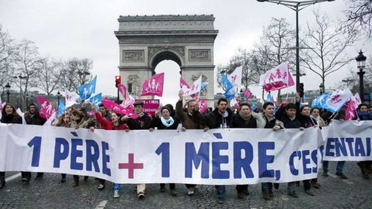 Environ 250 opposants au projet de loi ouvrant le mariage et l'adoption aux couples homosexuels ont bloqué momentanément les Champs-Elysées, à Paris, le 10 février 2013. (THOMAS COEX / AFP)