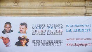 Les portraits des quatre otages francais enlevés au Niger, affichés sur la facade de la mairie du 4 eme arrondissement de Paris, le 16 septembre 2013. (MAXPPP)