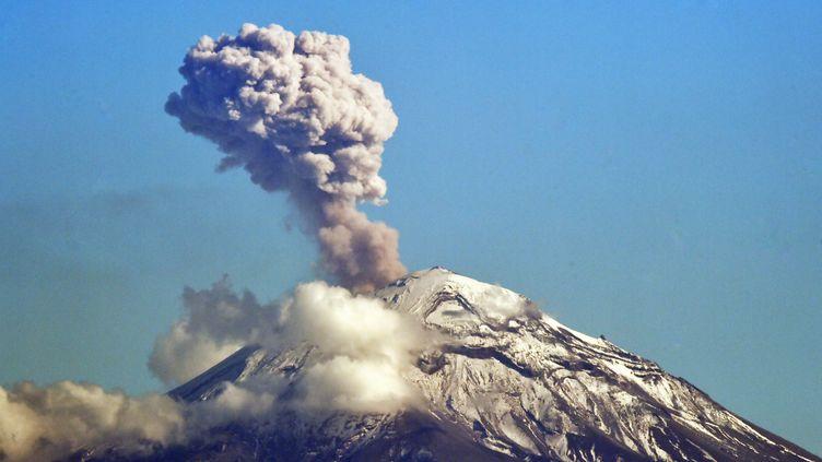 Le volcan mexicainPopocatepetl, le 2 décembre 2018. (RODRIGO ARANGUA / AFP)