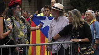Le référendum d'auto-détermination de la Catalogne doit se dérouler dimanche 1er octobre. Ici, pro et anti indépendance échangent à Barcelone. (LLUIS GENE / AFP)