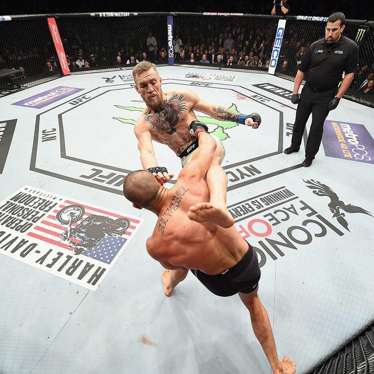 L'une des stars du MMA, Conor McGregor (de face),affrontel'Américain Eddie Alvarez lors du championnat du monde poids légersau Madison Square Garden deNew York (Etats-Unis), le 12 novembre 2016. (JEFF BOTTARI / ZUFFA LLC / GETTY IMAGES)