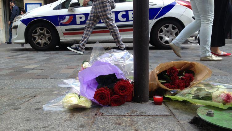 Des fleurs ont été déposées, le 6 juin 2013, sur le lieu où Clément Méric a été battu et laissé pour mort, à Paris. (JULIEN PELLETIER / FRANCE 2)