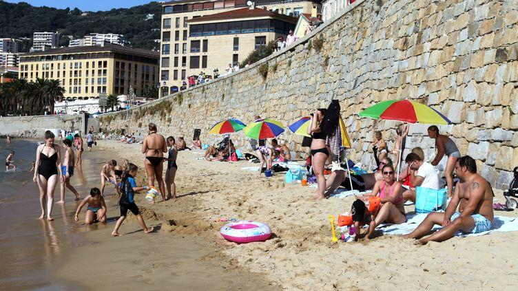 Des habitants d'Ajaccio (Corse-du-Sud) profitent des températures douces sur la plage de Saint-François, le 27 octobre 2013. (PASCAL POCHARD CASABIANCA / AFP)