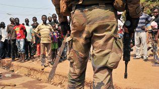 Un soldatfrançais fait face à unefoule de miliciensAnti-Balaka dansun quartier de Bangui (Centrafrique), le 29 janvier 2014 (ISSOUF SANOGO / AFP)