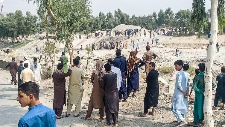 Lesite de l'explosion d'une bombe qui a visé une camionnette transportant des combattants talibans à Jalalabad, en Afghanistan, le 19 septembre 2021. (AFP)