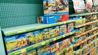 Un rayon de jouets de la marque playmobil en partie vide dans un magasin de jouets de l enseigne La Grande Recre. (NICOLAS GUYONNET / HANS LUCAS via AFP)