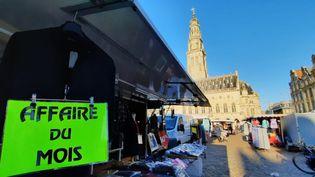 La place d'Arras, dans le Pas-de-Calais, où s'est installé le marché. (BENJAMIN ILLY / FRANCE-INFO)