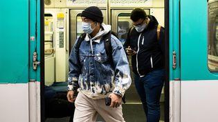Le port du masque est toujours obligatoire dans les transports, comme ici dans le métro à Paris, le 16 novembre 2020 (illustration). (ALEXIS SCIARD / MAXPPP)