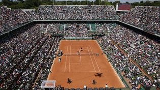 Le court central de Roland-Garros à Paris, juste avant le début du tournoi, le 23 mai 2015. (KENZO TRIBOUILLARD / AFP)