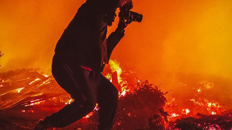 Le jeune photographe congolais Don Juan Masudi près de la coulée de lave du volcan Nyiragongo, à Goma, dans la province du Nord-Kivu, à l'extrême Est de la République démocratique du Congo (RDC), le 22 mai 2021. (Don Juan Masudi)