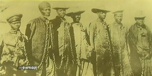 Héréros enchaînés pendant la guerre menée par les Allemands (1904-1907) (DR (capture d'écran du sujet d'AITV du 10-10-2013))