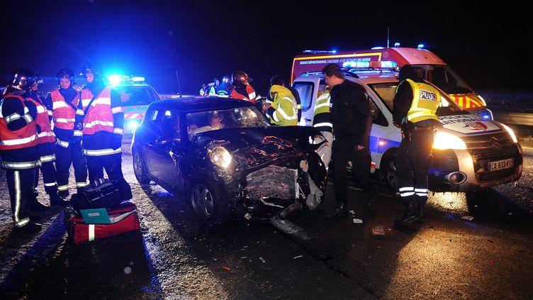 Les pompiers interviennent sur la scène d'un accident sur l'A27 à hauteur de Baisieux (Nord), le 11 mars 2013. ( MAXPPP)