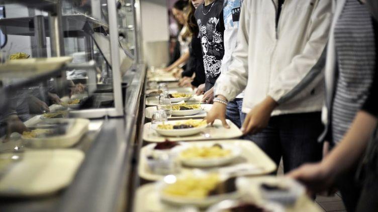 Selon l'UFC-Que Choisir, dans10 collèges et 38 lycées, la cantine se trouve en concurrence avec des stands de type cafétéria, fast-food ou sandwicherie. (JEFF PACHOUD / AFP)