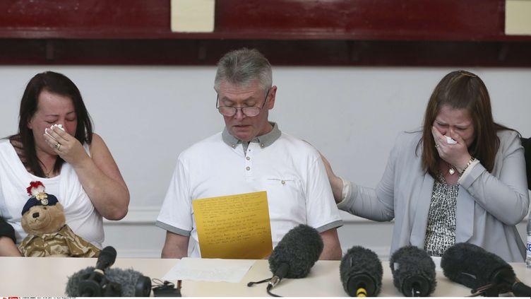 La famille du soldats Lee Rigby tué à Londre , la mère Lyn, le beau-père Ian, et la veuve Rebecca Rigby - el24 mai 2013 àBury (Grande-Bretagne) (DAVE THOMPSON / AP / SIPA)