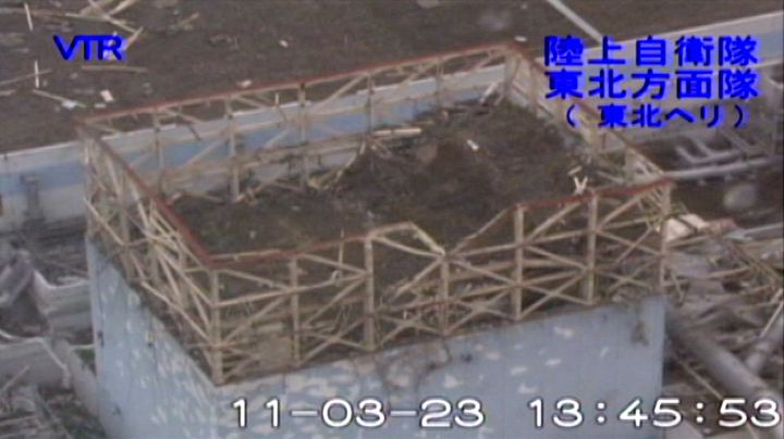 Le bâtiment détruit du réacteur 1 de la centrale de Fukushima, le 23 mars 2011. (GROUND SELF-DEFENSE FORCES / AFP)