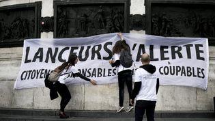 """Manifestationcontre la loi """"Secret des affaires"""" et pourla protection des lanceurs d'alerte le 16 avrildevant l'Assemblée nationale à Paris. (VINCENT ISORE / MAXPPP)"""