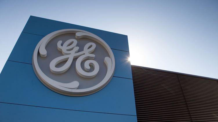 Lelogo de General Electric, le 23 juin 2014, sur le site de Belfort (Territoire de Belfort). (SEBASTIEN BOZON / AFP)