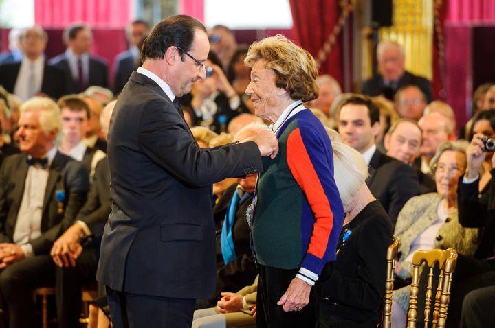 3 décembre 2013, le Président Francois Hollande décore Benoîte Groult du grade de Grand Officier de l'Ordre national du Mérite.  (Christophe Petit Tesson /MAXPPP)