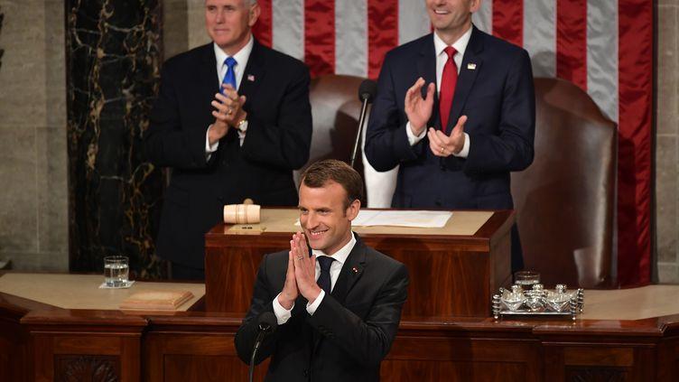 Emmanuel Macron est ovationné à son arrivée devant le Congrès américain, le 25 avril 2018, à Washington (Etats-Unis). (MANDEL NGAN / AFP)