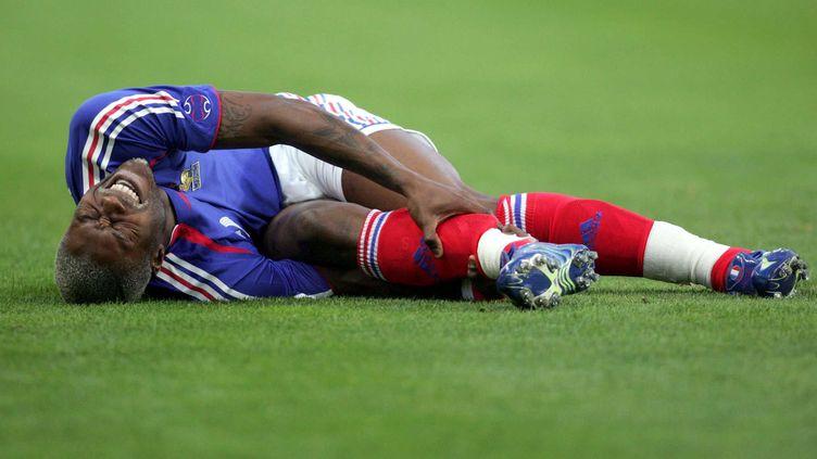 Djibril Cissé, attaquant de l'équipe de France, gravement blessé le 7 juin 2006 lors d'un match de préparation à la Coupe du monde contre la Chine, à Saint-Etienne (Loire). (FAYOLLE / SIPA)
