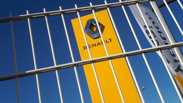 Une enseigne Renault dans un garage. (STÉPHANIE BERLU / FRANCE-INFO)
