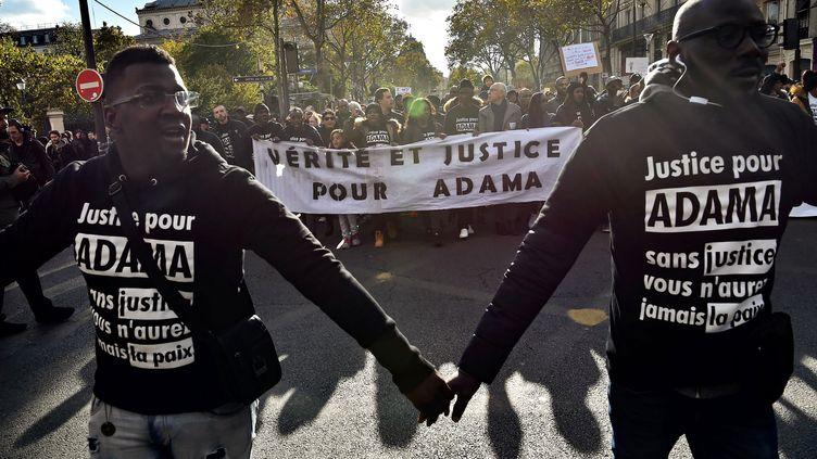 """Des manifestants réclament """"justice pour Adama"""" Traoré, le 5 novembre 2016 à Paris. (CHRISTOPHE ARCHAMBAULT / AFP)"""