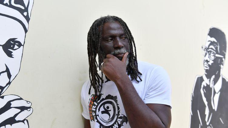 La star ivoirienne du reggae Tiken Jah Fakolypose dans son studio d'enregistrement à Abidjan, le 30 septembre 2018. (ISSOUF SANOGO / AFP)