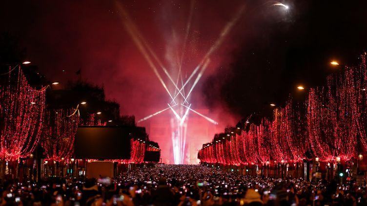 Le spectacle pour le passage à la nouvelle année, le 1er janvier 2019 à l'Arc de Triomphe à Paris. (ZAKARIA ABDELKAFI / AFP)