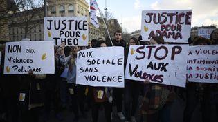Des manifestants protestent contre les violences policières, le 18 février 2017, à Paris. (LIONEL BONAVENTURE / AFP)