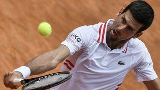 Le tennisman serbe Novak Djokovic lors de sa dernière confrontation face au Grec Stefanos Tsitsipas, en quart de finale du tournoi de Rome, le 15 mai 2021.  (FILIPPO MONTEFORTE / AFP)
