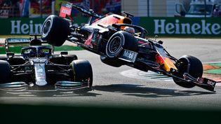 Le crash entre la Mercedes de Lewis Hamilton (à g.) et la Red Bull de Max Verstappen (à dr.) lors du Grand Prix de Monza en Italie, le 12 septembre 2021. (ANDREJ ISAKOVIC / AFP)