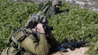 Un soldat israélien, posté à Metoula (Israël), scrute la frontière avec le Liban, le 20 janvier 2015. (BAZ RATNER / REUTERS)