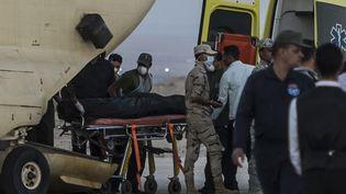 Des médecins égyptiens évacuent des cadavres récupérés sur le site du crash d'un avion russe,le 31 octobre 2015, dans la péninsule du Sinaï (Egypte). (KHALED DESOUKI / AFP)