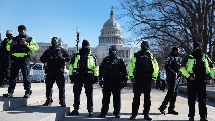 Des policiers surveillent les abords du Capitole, le 7 janvier 2021 à Washington (Etats-Unis). (JOE RAEDLE / GETTY IMAGES NORTH AMERICA / AFP)