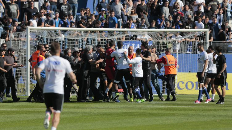 Incidents lors du match de football Bastia - Olympique Lyonnais le 16 avril 2017. (PASCAL POCHARD-CASABIANCA / AFP)