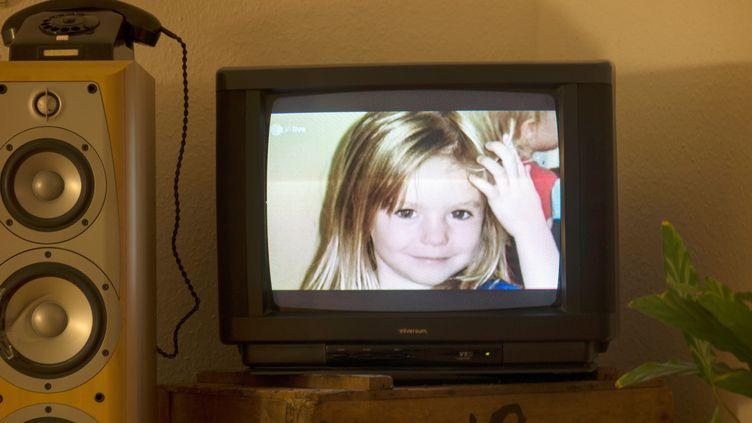 Photographieprise le 16 octobre 2013 de la jeune fille britannique Madeleine McCann, alias Maddie, et affichée sur un écran de télévision dans un appartement à Berlin (Allemagne). (JOHANNES EISELE / AFP)