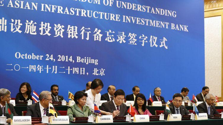 Lancement à Pékin de la Banque Asiatique d'Investissement des Infrastructures. Cérémonie de signature, en octobre 2014. (Reuters/Takaki Yajima )